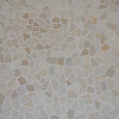 Пол, составленный из битой мозаики под антик