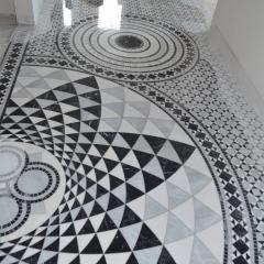 Мраморный пол из мозаичных розеток