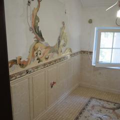 Ванная комната облицованная мраморной мозаикой